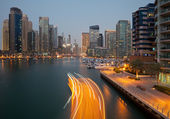 Boat Passing in the Canal of Dubai Marina in the Dusk — Stock Photo