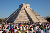 Large Group of People Watching the Spring Equinox at Chichen Itza Kukulcan Temple — Stock Photo