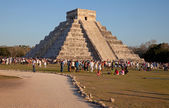 Kukulcan Temple of Chichen Itza in the Sunset with Large Group of People — Stock Photo