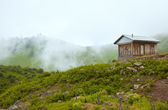 Lonely Hut in the Green Mountains with Morning Autumnal Fog — Stock Photo