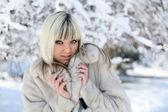 Kız kış parkı. — Stok fotoğraf