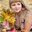 Girl with yellow leaves and apples.  — Stock Photo