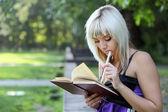 Chica en el parque con el libro — Foto de Stock