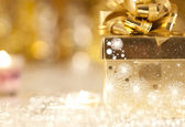 Gift box and candles — Stockfoto