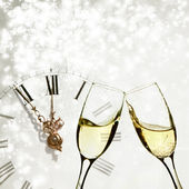 Occhiali con champagne andclock contro luci natalizie — Foto Stock