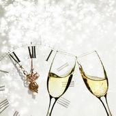Glasögon med champagne andclock mot semester lampor — Stockfoto