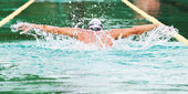 Swimmer performing the butterfly stroke — Stockfoto