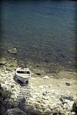 Yalnız boat lagoon içinde — Stok fotoğraf