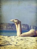 Vinobraní fotografie žen nohy na pláži — Stock fotografie
