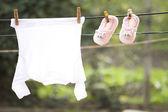 赤ちゃんの服は洗濯物に掛かっています。 — ストック写真