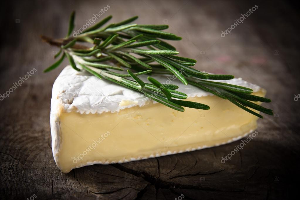 Brie Cheese on wood — Stock Photo #12777142