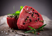 Rohe rindfleisch-steaks — Stockfoto