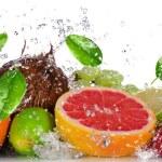 świeże owoce z plusk wody — Zdjęcie stockowe