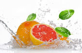 Grapefruit with splashing water — Stock Photo