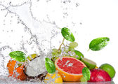 Fresh fruits with water splash — Stockfoto