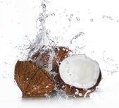 Gebarsten kokosnoot met opspattend water — Stockfoto