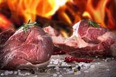 Ruwe rundvlees steaks en lamb chops — Stockfoto