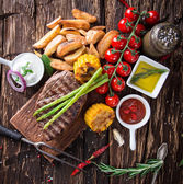 Tasty beef steak with vegetable side-dish — Stock Photo