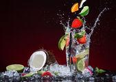 Cocktail de fruta fresca com respingo líquido — Fotografia Stock