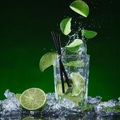 Čerstvý ovocný koktejl s tekuté splash — Stock fotografie