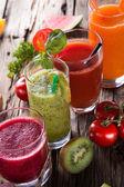 Verse vruchtensappen op houten tafel — Stockfoto