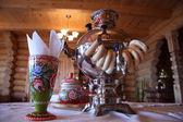 Ryska te drickande med samovar — Stockfoto