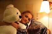 Slapende meisje met teddy bear speelgoed — Stockfoto