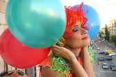 梦中女孩在与气球七彩假发 — 图库照片