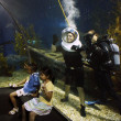 Brave tourist diving in ocean aquarium — Stock Photo