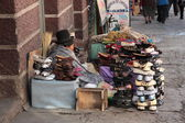 Indian woman sells shoes in street, La Paz, Bolivia — Photo
