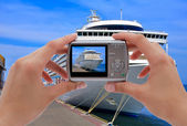Camera and cruise liner — Stockfoto