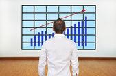 グラフィックを見て実業家 — ストック写真