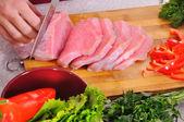 Donna affettare carne — Stockfoto