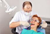 Zahnarzt entfernt zahn — Stockfoto