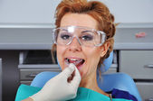 Dentist inserts splint — Stock Photo