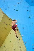 Young climber climbing — Foto de Stock