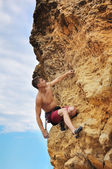 Muscular man climbing — Stock Photo