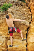 Climber climbing on rock — Stock Photo