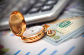 Reloj y el dinero — Foto de Stock