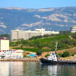 The yacht, the mountains and the sea. The Crimean landscape. Yalta, Ukraine. — Stock Photo