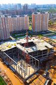 La construcción de un moderno edificio ubicado en una zona desarrollada — Foto de Stock