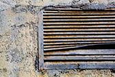Old rusty ventilation grille Textured wall with bulging paint — Stock Photo
