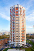 New residential building in the developed area of ​​the city. — Foto Stock