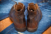 Leather shoes brown and blue jeans. Fashionable leather high boots. — Fotografia Stock