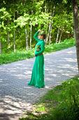 緑のドレスと帽子屋外で美しい少女 — ストック写真
