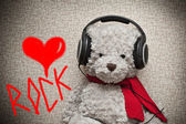 A fan of rock music in headphones — 图库照片