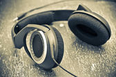 Headphones on a wooden table in vintage style — Stockfoto