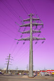 High voltage transmission lines. Industrial Area neighborhood — 图库照片