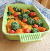 Casserole with broccoli,cherry tomatoes and carrots — Stockfoto