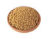 Volkoren noedels, stack volkoren pasta in klei kom geïsoleerd op witte achtergrond. — Stockfoto